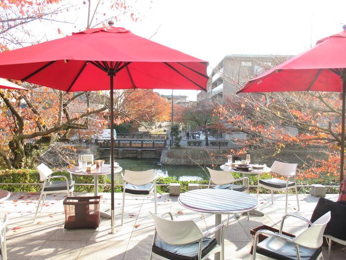 「 Cafe de 505」・・・ 琵琶湖疏水に面したガラス張りのカフェ。水辺のオープンテラスもあり、桜の季節には疏水べりの桜並木を愛でるスポットとしても人気です。併設のミュージアムショップ「アールプリュ」 では海外のミュージアムグッズの取り扱いもあるので、のぞいてみましょう!