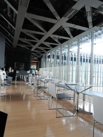 ☆★「ミュージアム・Cafe」・・・全面がガラス張りで囲まれたカフェでは、日中は運河のきらめきを眺め、夜はライトアップされた美術館や夜景を見ながら、ゆったりとくつろぐ時間。 フランス料理界の巨匠、上柿元氏のプロデュースで「食と芸術の融合」をテーマに長崎県産の食材をふんだんに使用した楽しいフードメニューやスウィーツで体も心も大満足なカフェ!
