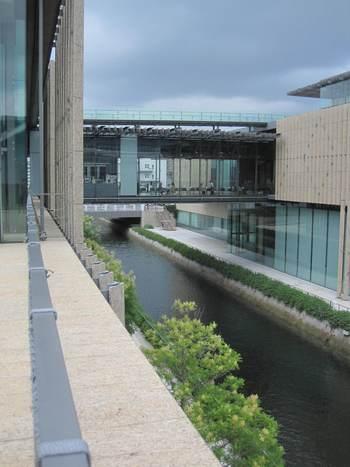 長崎県美術館 / 長崎県長崎市出島町・・・美術館とギャラリーを結運河に沿って建つ美しくモダンな建物。日本ではここでしか買えないスペイン国立プラド美術館のミュージアムグッズや地元を代表する磁器・波佐見焼のオリジナル食器など、長崎県美術館にしかないアイテムです。運河の上、橋の回廊にあるミュージアムカフェがあります。