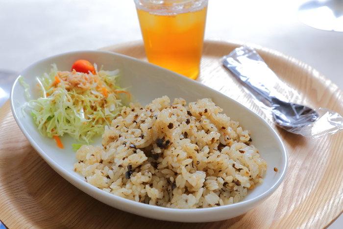 オリーブライス・・・豊島の棚田でとれたお米とオリーブのもろみの混ぜご飯です。ドリンク付きですよ!