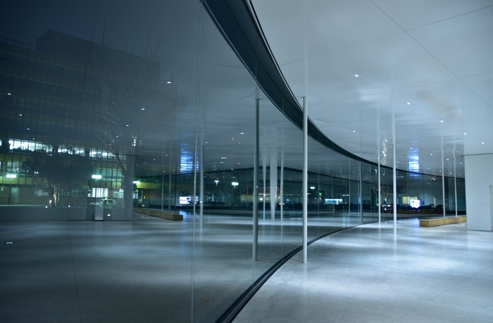 ガラスのサークル・・・どこから見ても丸い美術館、どこが正面なのか、はたまた全てが正面なのか「まるびぃ」という可愛い愛称がついています。