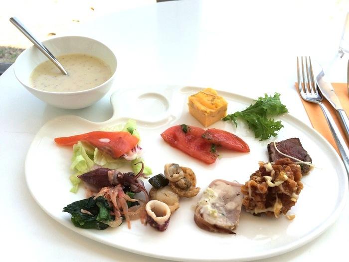 真っ白なパレットの形をしたお皿に、好きな料理を入れてアーティスト気分。