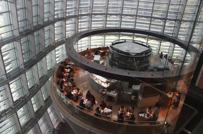 「サロン・ド・テ・ロンド」/ 東京都港区・・・逆円錐型のモダンな建物の上、光のシャワーを浴びるカフェ。天井が吹き抜けだから、まるで空中にいるかのように感じる都心にいながら不思議な空間です。