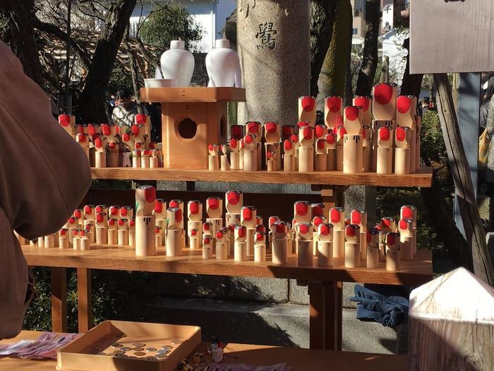 「鷽替え神事」とは、「木彫りの鳥」を購入し、毎年交換することで、いままでの悪い出来事を「ウソ」にして、今年いいことありますようにとお願いをする行事です。