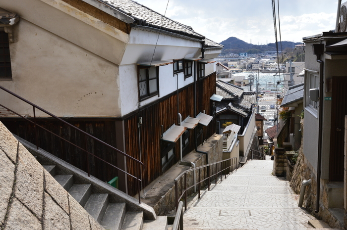 そんな魅力的な町並みが残る尾道市の中でも特に風情ある山手地区。ところが近年、高齢化が進んで空き家が数多く存在しているそう。その中には建築的価値が高かったり、景観が優れていたり、魅力的な建物もたくさんあります。