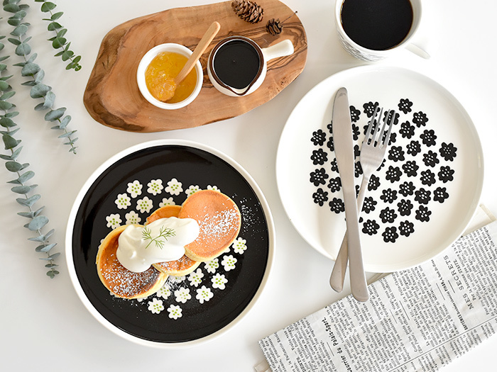 こちらもマリメッコの」『PUKETTI/プケッティ』 とういうシリーズ。小さなお花がかわいらしいですね。柄物食器でもモノトーンのおかげですっきり見えて使いやすく、どんなお料理にもぴったりです♪