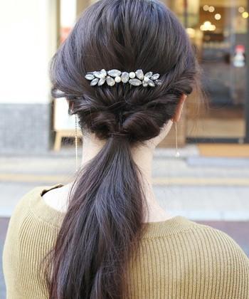 サイドのヘアがとても可愛いヘアアレンジですね。ビジューとパールのバレッタを合わせるとオケージョンにもバッチリ!