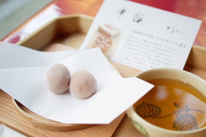 """人気は「申餅」。明治初期まで親しまれてきた""""葵祭""""の名物を、140年ぶりに復元した餅菓子です。柔らかな餅には、茹で小豆が入っています。"""