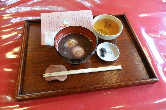 「申餅」と並んで名物なのが「まめ豆茶」。神職が祭礼時に禊のために飲用するお茶です。【画像の椀物は「良縁ぜんざい」。   】