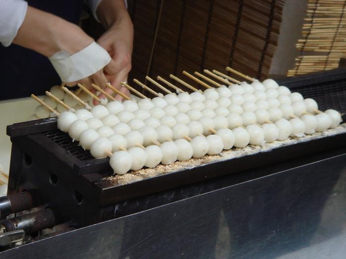 「加茂みたらし茶屋」は、下鴨神社門前の老舗茶屋。もちろん名物は「みたらし団子」。