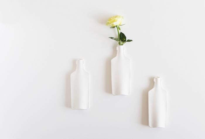 一見ボトルに見えますが壁掛け専用のフラワーベース。お水も入るので生花も飾れます。スペースが限られていたり小さなお子さんやペットがいてなかなか花瓶は置いておけない・・といった方にもオススメです。