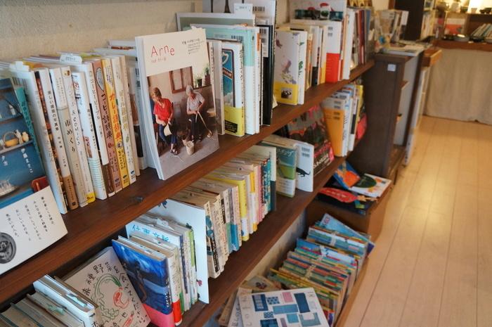 京都に本店がある知る人ぞ知る書店「ホホホ座」。その初の支店がこちら、「ホホホ座尾道店 コウガメ」です。香ばしい焼き菓子と、素敵な本と、かわいい雑貨が店内にはあふれ、時間が経つのを忘れてしまいそう。