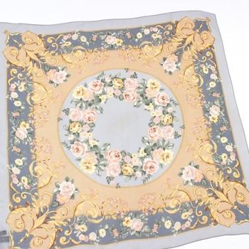スカーフなどの巻物が大好きだという寺田さん。淡い色彩のバラが美しいこちらのスカーフは、Ralph Laurenのもの。