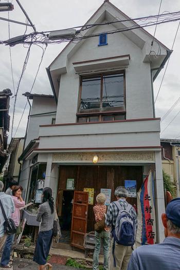 三軒家アパートメントの裏手にある北村洋品店は、子連れママのサロンとして地元のママたちが交流したり、雑貨販売などを行ったりしています。