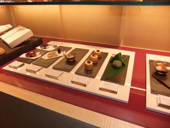 若い世代にも和菓子を楽しんでもらおうと、内装をモダンなデザインに。店内に入ると、まず目を引くのが、カウンター一面に作り付けられたガラスのショーケース。色とりどりの和菓子が陳列されて、見ているだけで楽しくなってきます。