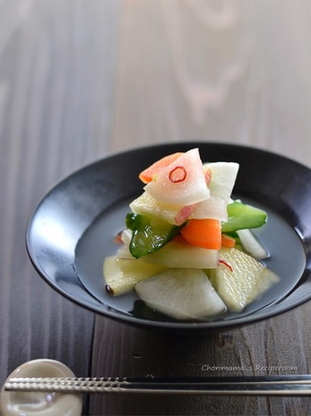 ≪水キムチ≫ 韓国料理でお馴染みの水キムチは、辛くないのでお子様でも大丈夫。さっぱりした味わいの韓国風お漬物です。