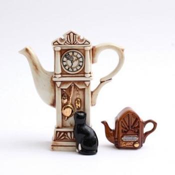 時計の針に潜むねずみを見上げているネコがキュートな、イギリス製のコレクタブルポット。物語性を感じられる、ヴィンテージならではのデザインですね。