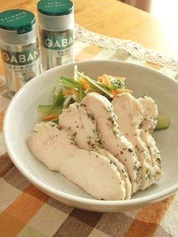 オレガノとスイートバジルのハーブをまぶしてつくった鶏ハム。その他、香りの良いハーブで色々試してみましょう。