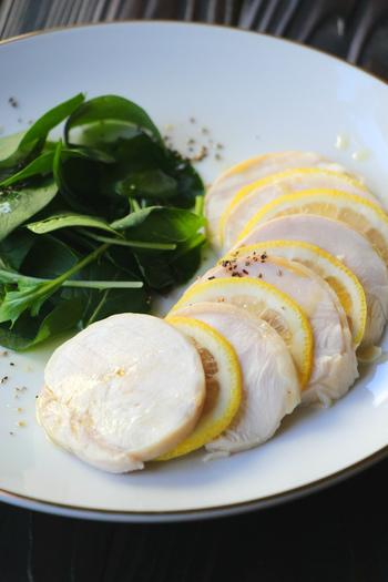 基本の鶏ハムの作り方をご紹介しましょう。下味は少ないので、お好みでタレやソースで味を簡単に変えることができます。
