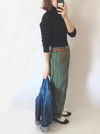 メンズライクなアーミーパンツに合わせるシューズをスニーカーではなく、バレエシューズ&ソックスにするだけで、今風のコーディネートに早変わり。バレエシューズがあれば、手持ちの服の印象を変えることも簡単にできますよ。