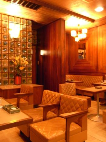 ほっと一息つきたいときは、京都の老舗カフェへどうぞ!繁華街にひっそりとたたずむレトロなカフェ・六曜社は京都に来たなら一度は訪れておきたい有名店です。