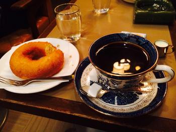 ゆったりと昔ながらのソファに腰かけながら、コーヒーをいただく贅沢が楽しめます。ドーナツも人気ですが、定番は、なんといってもコーヒー+トースト+ゆでたまご+野菜ジュースがセットになったモーニング。京都旅の際は、ちょっと早起きして、雰囲気のある六曜社でモーニングを楽しんでみませんか!