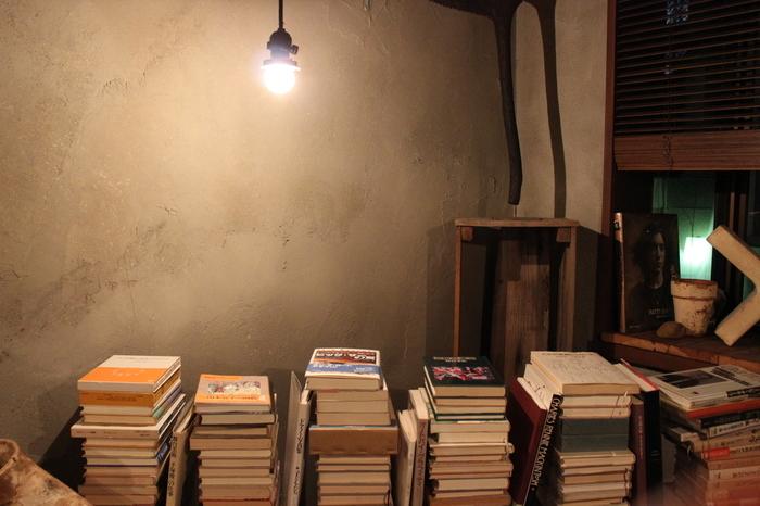 店内には、積み重ねられた売り物の本たち。過去にタイムスリップしたかのような、ノスタルジックなひとときが過ごせます。(※喫煙可なので、煙草嫌いの方はご注意くださいね)