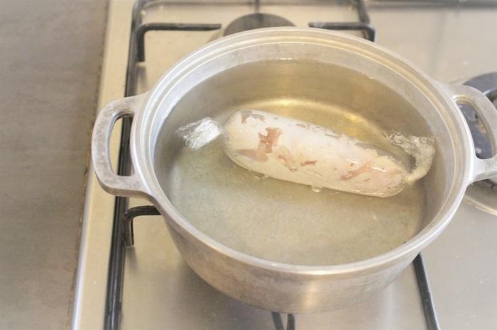 こちらのレシピでは、沸騰したお鍋に、ラップに包まれた鶏肉を投入します。ごく弱火にして20分。 火を止め、そのまま冷めるまでおきラップを巻いたまま冷蔵庫で保存します。  その他、沸騰したお湯に鶏肉を入れ、再び沸騰した後1分ほど茹でてそのあとは火を止め蓋をして放置という簡単な方法もあります。