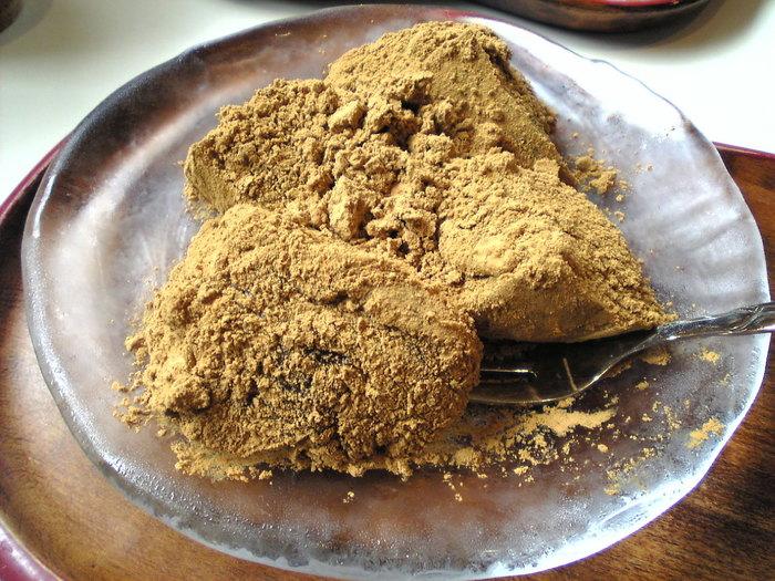 「わらび餅」も人気。ニッキの風味と柔らかな食感が後引く美味しさです。他にぜんざいや、雑煮、白玉といったメニューもあります。
