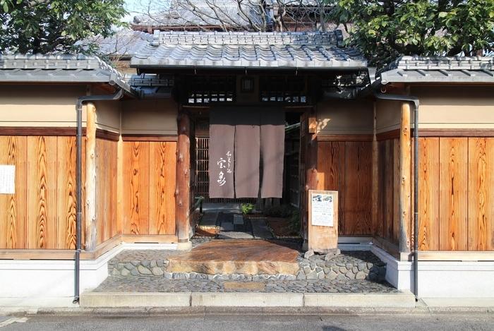 「茶寮宝泉」は今大人気の甘味茶寮。「下鴨神社」の北部、「加茂みたらし茶屋」から歩いて8分程度の場所にあります。
