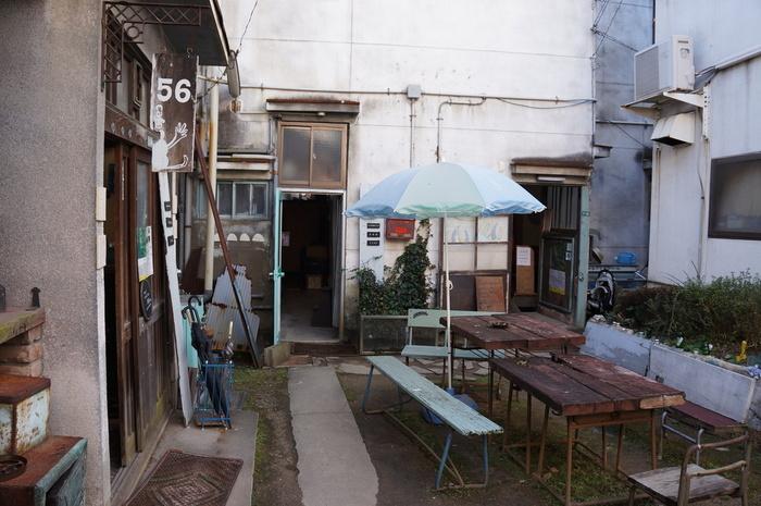 """尾道駅から徒歩3分という好立地ながら、建築基準法の改訂などの影響により、全棟が空き家になってしまった""""風呂なしトイレは共同""""という古い、中庭付きのアパートです。"""