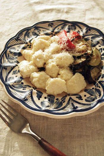 ジャガイモで作るニョッキを、リコッタチーズで作るレシピです。お湯の中にスプーンで生地を落としていくので、成形の必要なし◎ 手間もかかりません。