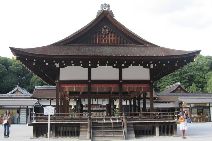 【[舞殿]。その奥が本殿へと通じる[中門]。この[舞殿]も重文指定。寛永5(1628)年に建て替えられたものです。】