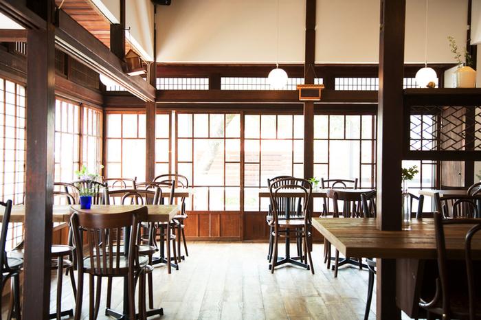 「古民家カフェ」と聞いたらどのようなイメージが湧きますか?  日本建築によって建てられた伝統的な存在感を放つ民家が、年月を経て、味わいのあるカフェとして姿を変え、訪れる人々を癒してくれる――。古民家カフェは、訪れる誰もが、不思議と「懐かしさ」を感じる、居心地のよい場所ではないでしょうか。
