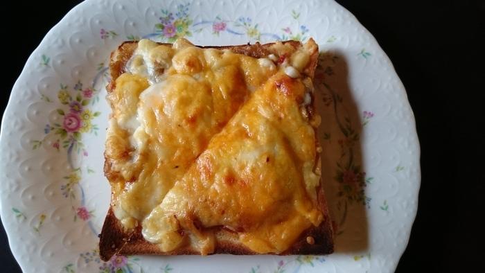 玉ねぎの甘さがクセになる「オニオングラタントースト」。サクッとトーストされたパンの上に、たっぷりと具が乗っています。レトロなお皿もかわいい。