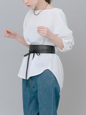 ワイドタイプのデニムには、ふんわり白いブラウスに注目のサッシュベルトをキュッと巻いて、女性らしいメリハリある着こなしにチャレンジしてみませんか?