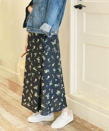 黒に黄色いお花が散りばめられたスカートにGジャンを合わせたスタイル。足元は白スニーカーを選べば重くなりません。