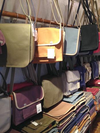 こちらは自分へのお土産におススメ!丈夫で使いやすい京都っ子たちが愛用している有名鞄店です。お値段は張りますが、大切に使えば何年でも持つ逸品です。