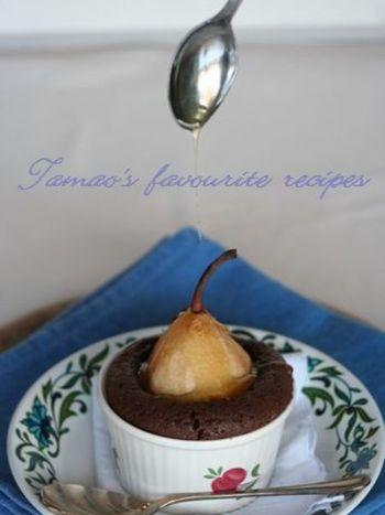 ちょこんとココットから顔を出した洋梨がとても可愛い、パーティでも注目されるような可愛いチョコレートケーキです。焼いた洋梨は甘みが増しておいしく、チョコレートとの相性も抜群!洋梨は、皮をむいても、皮付きのままでもおいいです♪