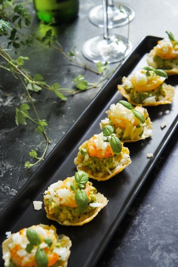 オーブンで焼いたパルミジャーノ・レッジャーノの上に、味付けした材料を乗せれば見た目もおしゃれなパーティメニューに。クリーミーなアボカドと、プリッとした食感の海老がチーズにピッタリです。
