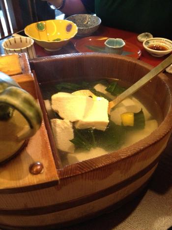 京都といえば「湯豆腐」を思い浮かべる方も多いのではないでしょうか。しかし湯豆腐って意外にお高いんですよね…。しかしこちらの『豆水楼』ならリーズナブルな価格で湯豆腐コースをいただくことができるんです♪あたたかいお豆腐は旅で疲れた体を芯からあたためてくれますよ♡京都の湯豆腐をしっかり満喫できるお店です。