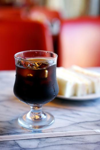 今では目にすることも少なくなった昔ながらの食器に出会えるのも純喫茶の醍醐味。ふっくらとしたフォルムが懐かしいグラスに注がれたアイスコーヒーは、レトロな雰囲気を演出してくれます。
