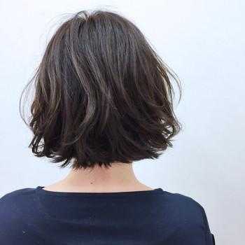 ブルージュも今大注目のトレンドカラーです。ベージュとブルーをあわせたカラーで、絶妙なツヤ感が特徴的。独特の艶っぽさが、髪のダメージも控えめにみせてくれます。