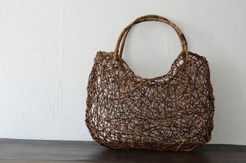 若くて細いアケビのつるを使って丁寧に編まれる菅家工房さんのかご。かごバッグにはめずらしく肩掛けできるデザインです。