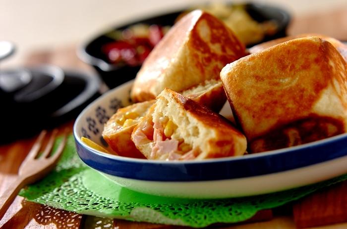ピザ用のチーズ、コーン、ハムが入ったランチにちょうど良いパンは、フライパンだけで発酵から焼きあげまでできてしまいます♪