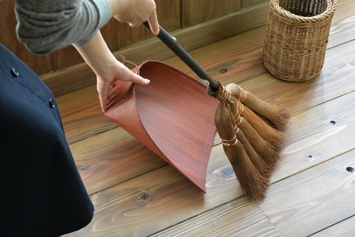 棕櫚の箒(シュロのほうき)も、昔の嫁入り道具の定番です。20年、30年と使え、電気を使わず音も静かということから、近年あらためてその良さが見直されています。