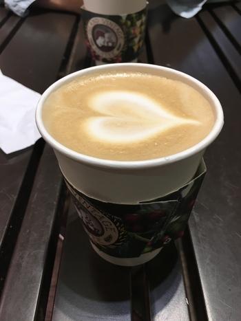 こちらでいただけるコーヒーはハワイコナ100%なのはもちろん、ハワイ島南西部に位置するコナ地区で栽培された希少な豆が使われています。テイクアウトにしてビーチでゆっくりとコーヒータイムも良いですね。