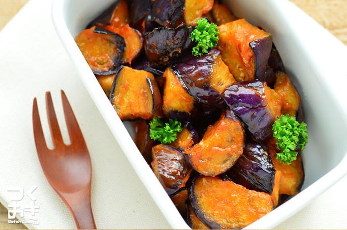 照りのいい茄子のエスニック風のおかずです。ケチャップがアクセントになっているのでお子さまのお弁当にもおすすめです。