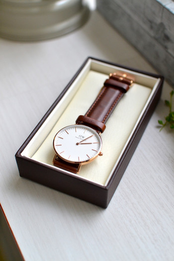 大人の身だしなみは小物使いで差がつきます。お手入の行き届いた年代物の腕時計を、さらりと着けている女性って恰好いい!