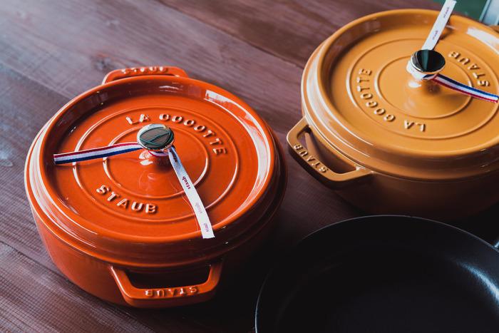 1974年にフランス・アルザス地方で生まれたSTAUB(ストウブ)社。Le Creuset(ル・クルーゼ)と並んでフランスを代表する鋳物ホーロー鍋のトップブランドで、プロの愛用者が多いことでも知られています。